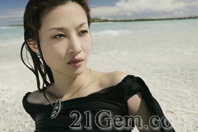 随队出发的有中国超级模特儿李芳小姐,她幻化成大溪地美丽之神,展示